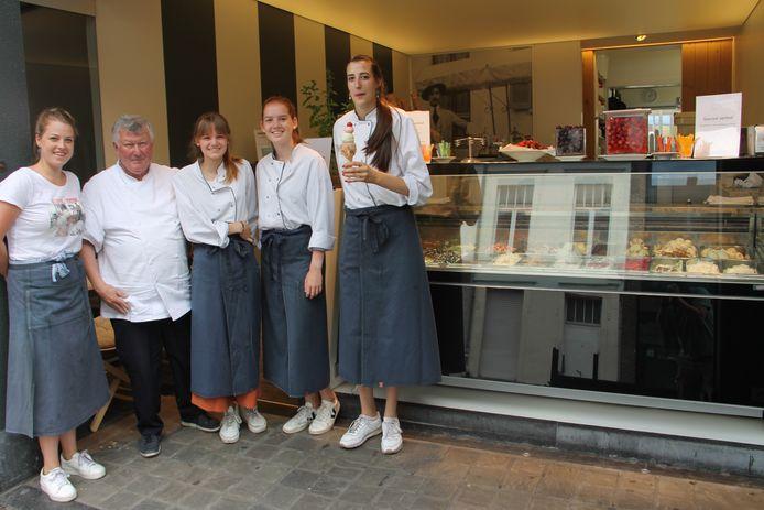 Rudy Pattyn en zijn verkoopsteam met Céleste Deforce, Suzanne Deneweth, Justine Baele en Charlotte Vermeersch. Onze lezers verkozen La Boule de Glace tot beste ijssalon van de Mandelstreek.
