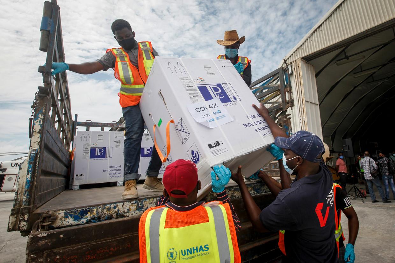 Een doos met vaccinaties komt aan op het vliegveld van Mogadishu in Somalië.  Beeld AP