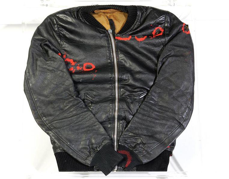 De door kogelgaten geschonden jas van kapingsleider Max Papilaja. Beeld Moluks Historisch Museum/A.J. Vink
