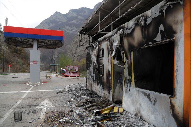 Een tankstation in Kalbajar is in brand gestoken.  Beeld AP
