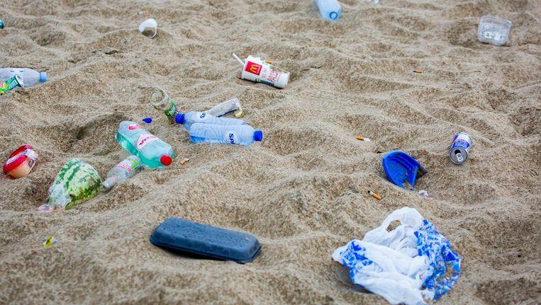 Zwerfafval op het strand in Scheveningen. Beeld anp