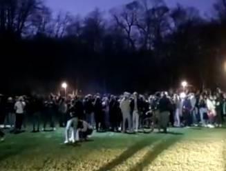 Politie moet meer dan honderd jongeren uiteendrijven in Ter Kamerenbos