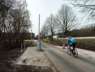 Gloednieuwe slagboom Reebergenlaan na anderhalve dag vernield: wielertoerist knalt er per ongeluk tegen