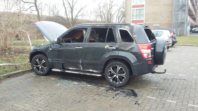 De verwoeste auto aan de Doeffstraat.