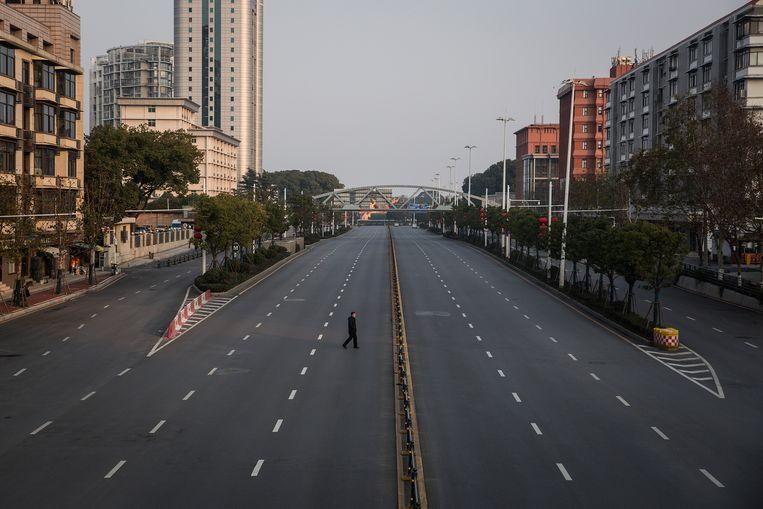 Op de normaal gezien drukke snelwegen in Wuhan was vanaf 23 januari geen kat meer te zien. Beeld Getty Images