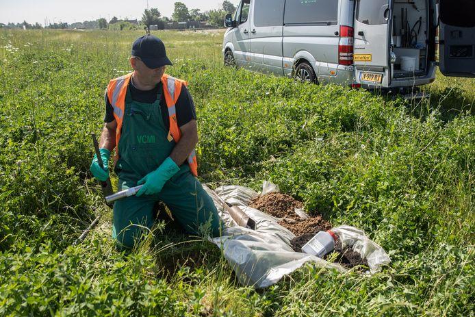 Een medewerker van VCMI nam in september al monsters van de Westdijk.