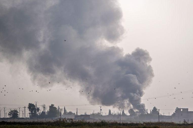 Rookpluimen stijgen op na een bombardement door de Turkse luchtmacht op de Noord-Syrische stad Tal Abyad.   Beeld AFP