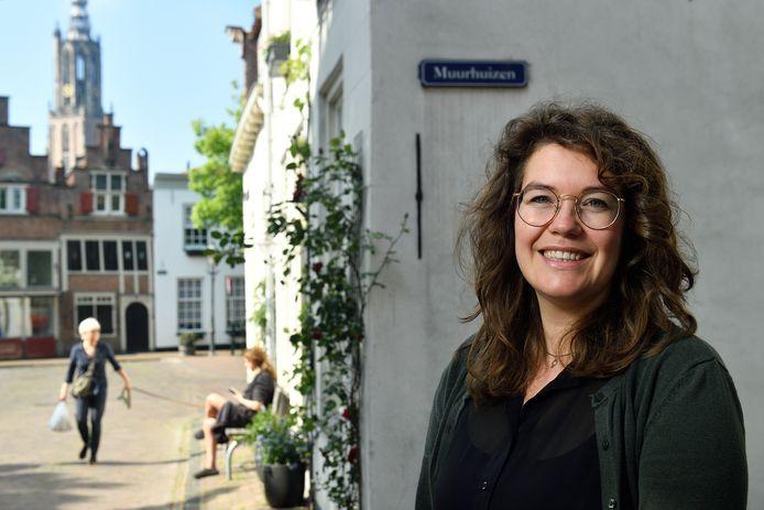 Myrte van Rozendaal geeft tegenwoordig les op een middelbare school in de stad en werkt in de bibliotheek in Hoogland.