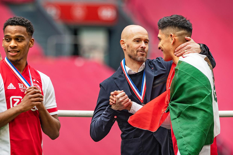 Ajax-coach Erik ten Hag kijkt zondag tijdens de huldiging met welhaast vaderlijke trots naar Edson Álvarez Beeld Guus Dubbelman / de Volkskrant