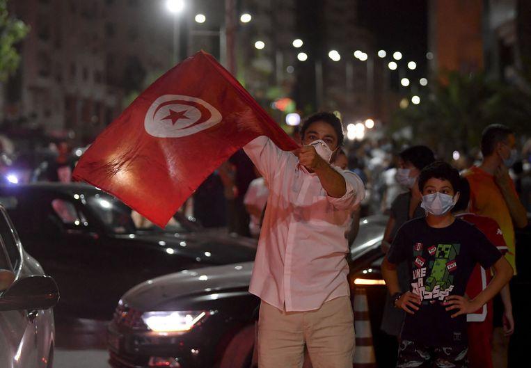 Aanhangers van president Kais Saied in de straten van Tunis. Beeld AFP