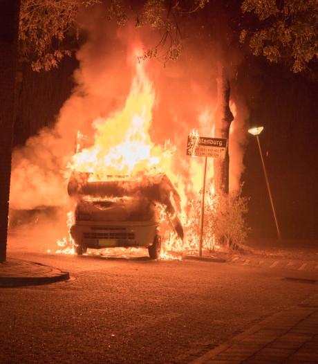 Derde brand in vijf dagen: vlammenzee verwoest camper in Deventer woonwijk