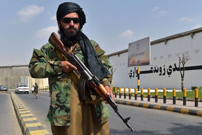 Een talibanstrijder staat op wacht aan het Zanbaq-plein in Kaboel.
