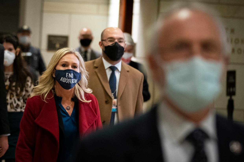 Marjorie Taylor Greene met een 'anti-abortus'-mondmasker. Andere mondmaskers in haar bezit zijn onder meer 'Trump Won' en 'Free Speech'.  Beeld Getty Images