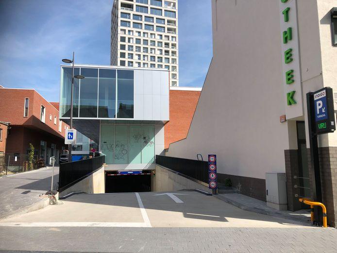 De ingang naar de Turnova-parking vanuit de Otterstraat.