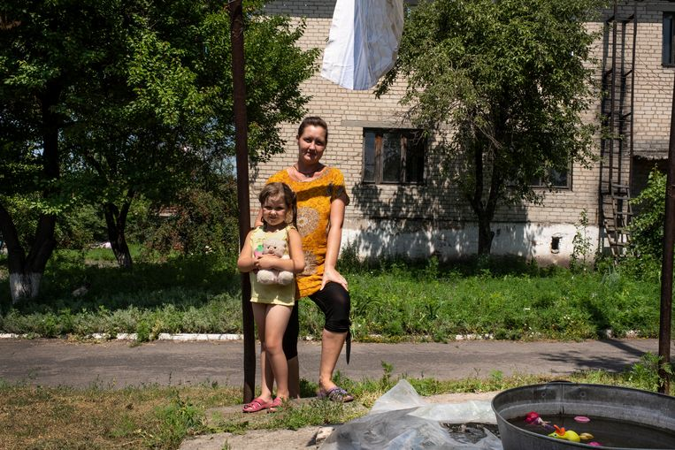 Ljoedmila Pisjova en haar dochter Sofia wonen in het frontgebied in de Donbas. Beeld Adriaan Backer