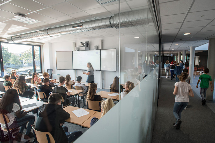 OOSTERHOUT - Ruime klaslokalen met veel licht en glas in de nieuwbouw van het Frencken College.