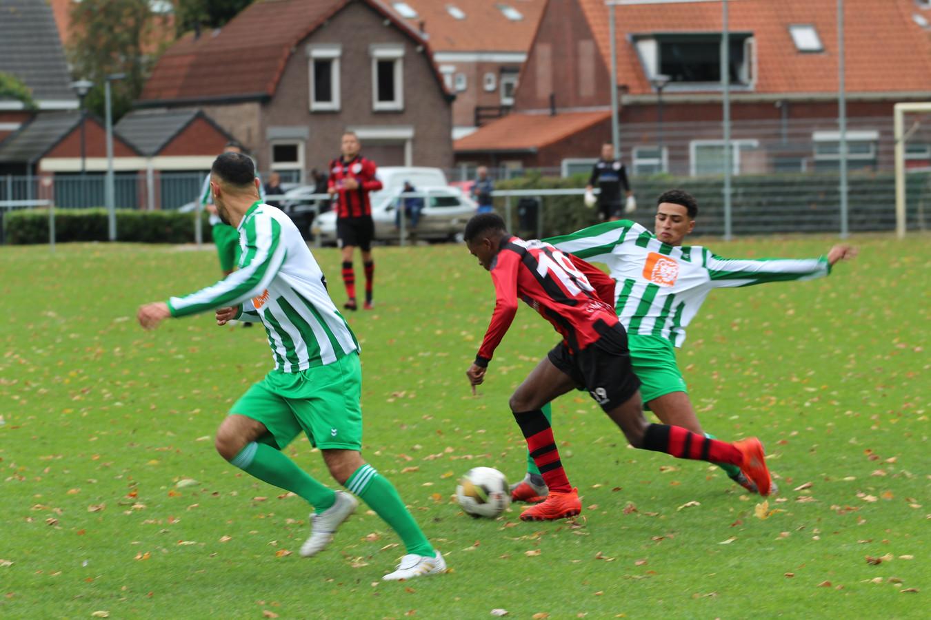 Een beeld uit het eind september gestaakte duel tussen Groen Wit en Terneuzen.