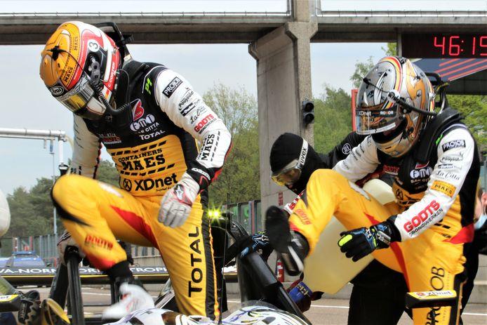 Christoff Corten geeft het stuur van de Norma over aan Stienes Longin, maar daarna laat de startmotor het afweten.
