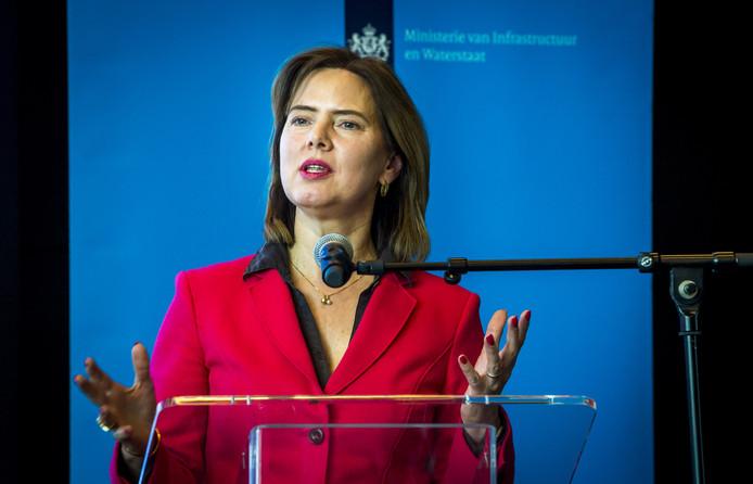 Minister Cora van Nieuwenhuizen tijdens een persconferentie over het uitstellen van Lelystad Airport.