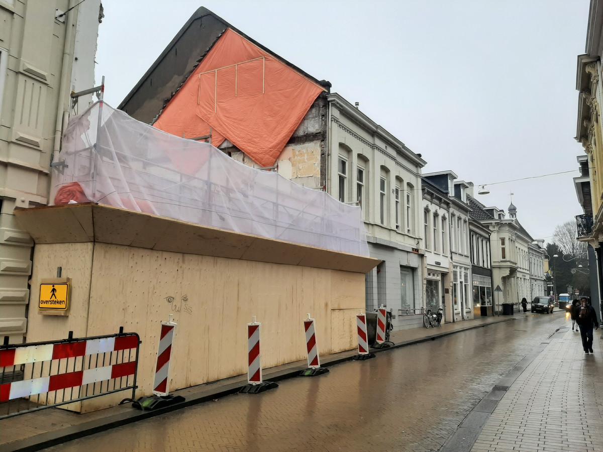 Een gapend gat op de plek waar jaren Antoon de Jong was gevestigd. De gevel wordt in ere hersteld.
