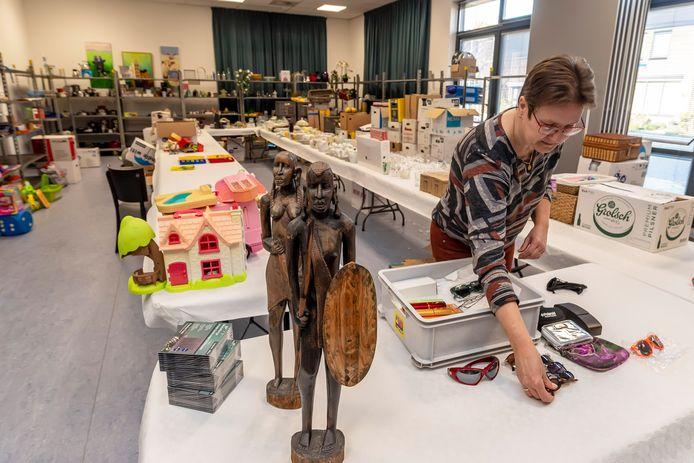 Inge Maliepaard van speeltuinvereniging Kindervreugd bezig met inrichten van de rommelmarkt in De Blokhut met Pasen. 'Per keer mag er een gezin naar binnen.'
