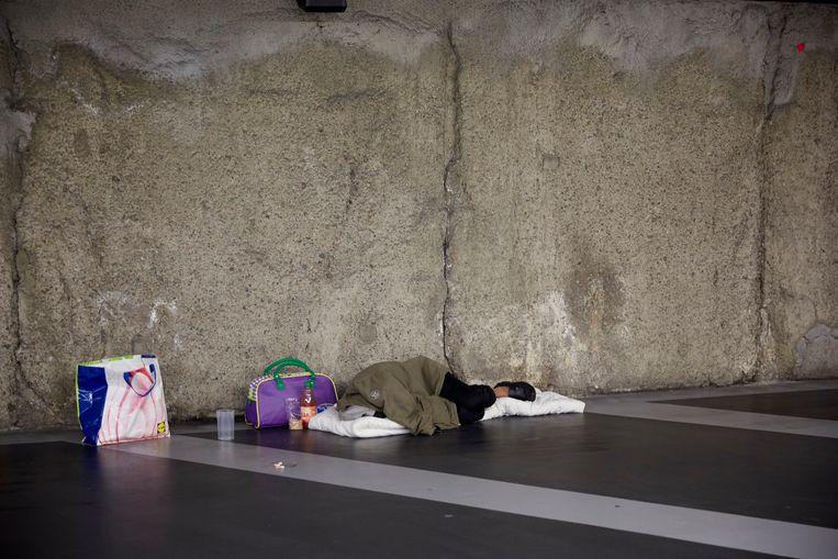 Een dakloze man slaapt in de parkeergarage van de Grote Markt in Den Haag. Beeld Martijn Beekman