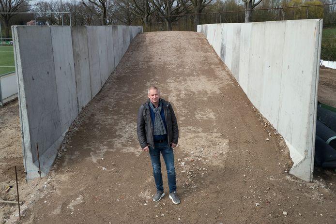 Voorzitter Marco Swenne op de plek waar de trainingsheuvel wordt aangelegd.