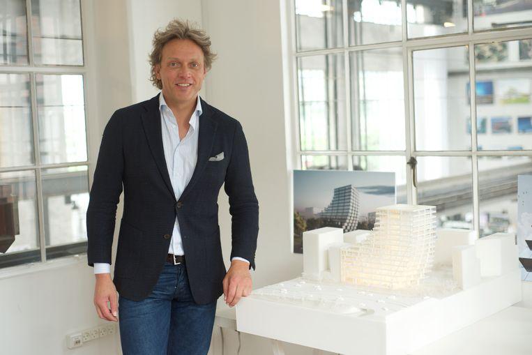 Fokke de Jong bij de maquette van zijn nieuwe hoofdkantoor. 'Keihard, rauw en tegelijk ook zacht.'  Beeld Michiel Van Nieuwkerk