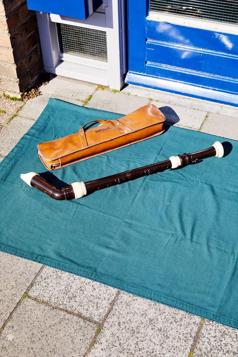 Topstuk: kunststof basblokfluit, met beschermhoes, fluitenrager en halsband om het gewicht te verdelen. Beeld Marie Wanders