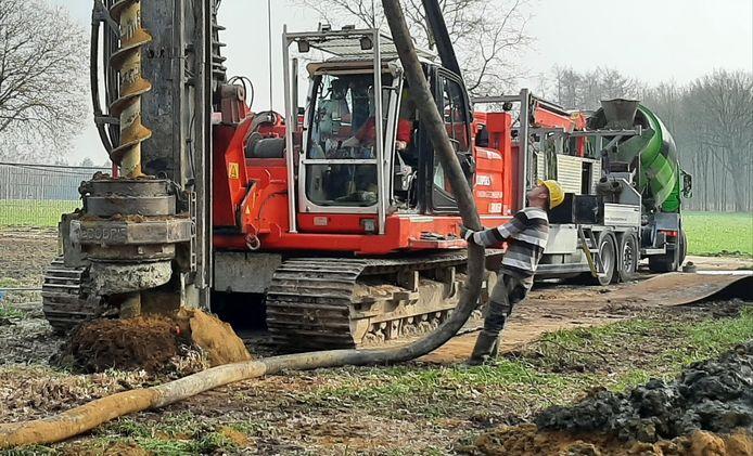 Werkzaamheden op Needse Berg voor omstreden 5G mast. De fundering wordt aangelegd door gaten in de grond te boren en deze vol te storten met beton