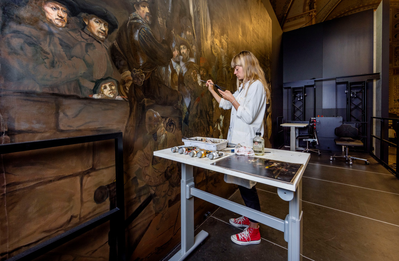 Kunstenaar Lisa Wiersma. Zij maakt voor het tv-programma Het geheim van de meester een exacte kopie van de Nachtwacht.   Beeld Jean-Pierre Jans