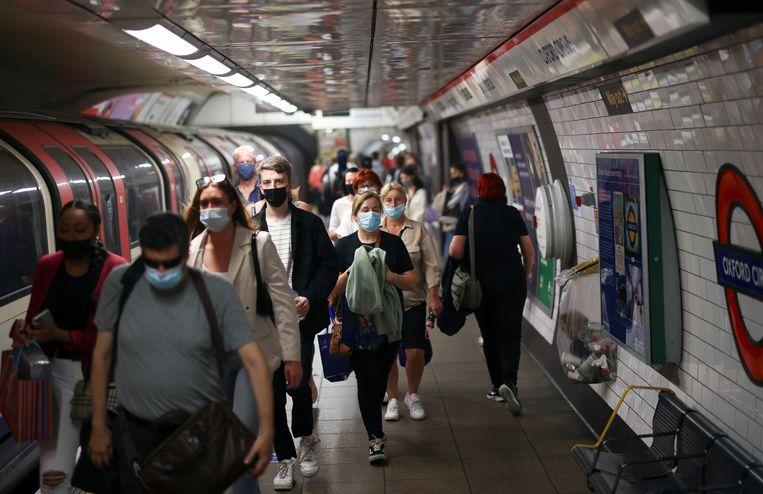 Binnenkort mogen Britten zelf kiezen of ze nog een mondkapje dragen in de metro, ook als die overvol is.  Beeld Henry Nicholls/Reuters