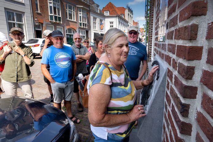 Annelies van der Sanden (links) met deelnemers aan de wandeling voor mensen met een visuele beperking. Zij mochten voelen aan beelden en gebouwen.