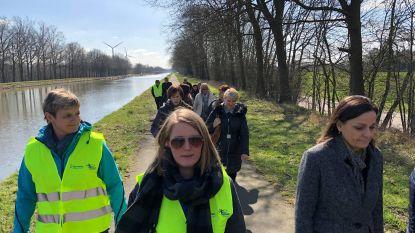 Sport op het werk: gemeentepersoneel wandelt tijdens middagpauze