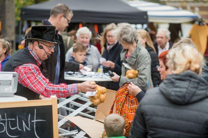 Karel van de Kate brengt op zijn eigen humoristische wijze weer marktwaar aan de man tijdens de Dag van de Markt.