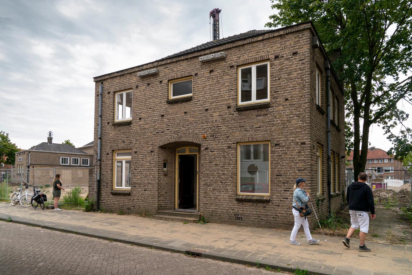 De voormalige pastorie in Boschveld is inmiddels verkocht. De gemeente mag nu ook bomen kappen om parkeerplaatsen aan te leggen.
