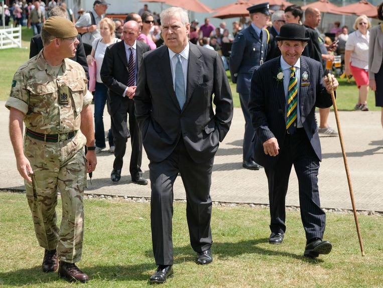 Prins Andrew (midden) zegt geen spijt te hebben van zijn contact met Jeffrey Epstein.  Beeld Getty Images