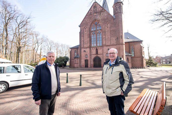 Ongeruste parochianen Ger Krabbe (links) en Herman Grave voor de kerk in Lonneker. Ze pleiten voor een multifunctionele bestemming om de toekomst van het kerkgebouw veilig te stellen.
