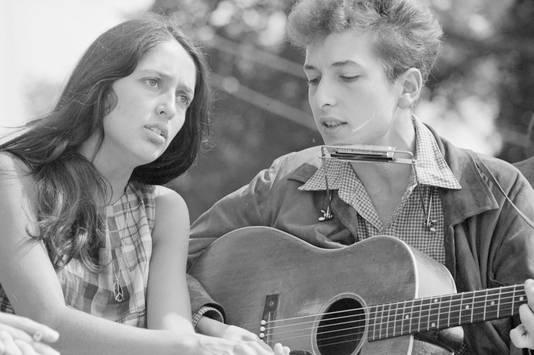 """Bob Dylan et Joan Baez lors de la Marche vers Washington pour le travail et la liberté (1963). Martin Luther King y fit son discours historique """"I Have a Dream"""""""