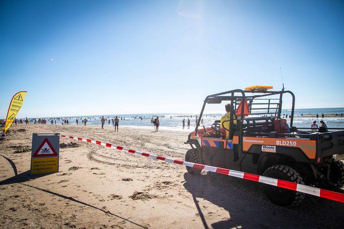 Een auto van de reddingsbrigade op het strand van Zandvoort.