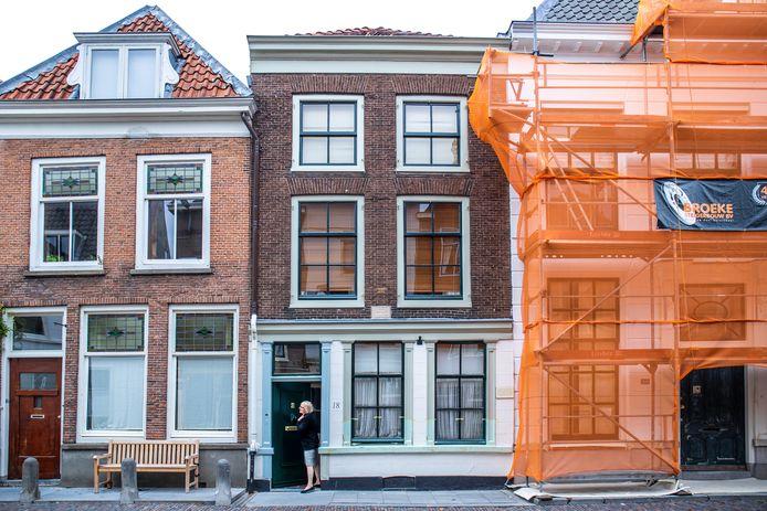 Het voormalige woonhuis (midden) van Pieter Quint Ondaatje.