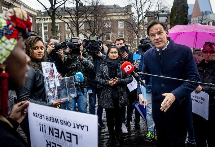 Gedupeerde ouders praten op het Plein in Den Haag met premier Mark Rutte.