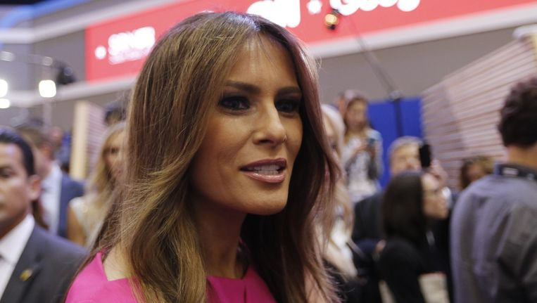 Melania Trump luistert terwijl haar man, Donald Trump, wordt geïnterviewd. Beeld Reuters