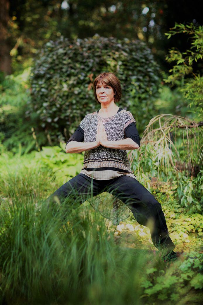 Yogadocente Gonnie van de Lang.