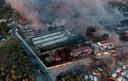 De brand heeft het kamp, dat vanwege het coronavirus was afgesloten, vrijwel volledig verwoest.