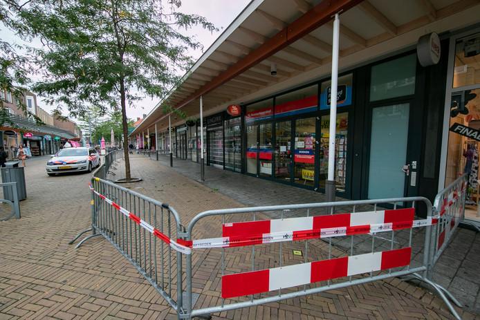 Drie winkels in de Lange Nering in Emmeloord zijn gesloten. De oorzaak is een zeer felle brand in een bovenwoning.