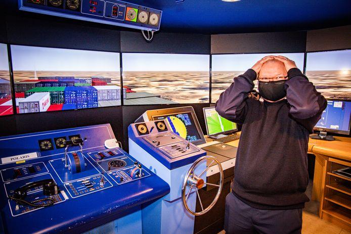 In de Hogere Zeevaartschool in Antwerpen werd maandag een simulatie gedaan van de omstandigheden rond het incident met het vastgelopen vrachtschip Ever Given: docent Peter Dotselaere is met zijn schip tegen de kant gevaren.