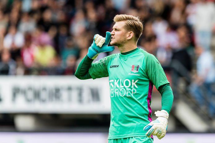 Mattijs Branderhorst geeft aanwijzingen aan zijn ploeggenoten tijdens de wedstrijd tussen NEC en Willem II.