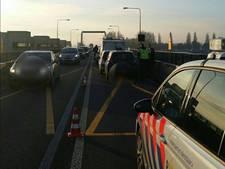 Ergernis om filmende bestuurders na kettingbotsing op Nijkerkerbrug