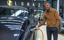 David Beckham bij een elektrische Rolls Royce Phantom van 580.000 euro.